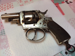 Deux revolver et une epee Fullsi11