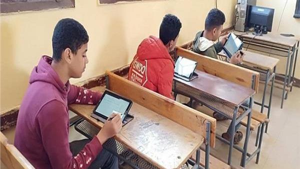 بالتوفيق بعد قليل   طلاب «أولى ثانوي» يؤدون امتحان الرياضيات إلكترونيا 11211