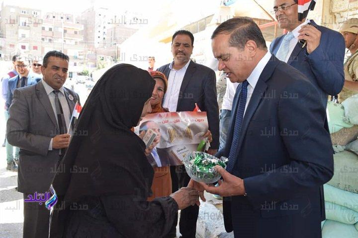 الدكتور أحمد عزيز عبد المنعمرئيس جامعة سوهاج يوزع شيكولاتة على الناخبين أمام لجان الاستفتاء 13110