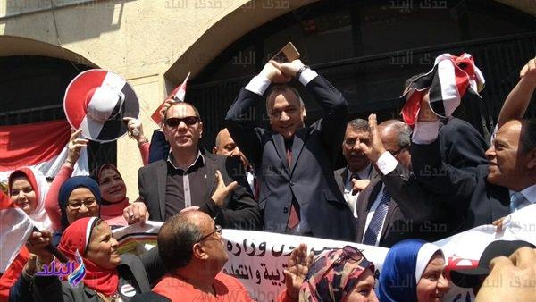 مدير تعليم القاهرة يقود وقفة لتأييد التعديلات الدستورية 199_110