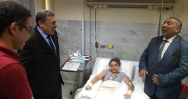 وكيل وزارة الإسكندرية يزور التلميذة المريضة  المشتبه فى إصابتها بالإلتهاب السحائى 20191014