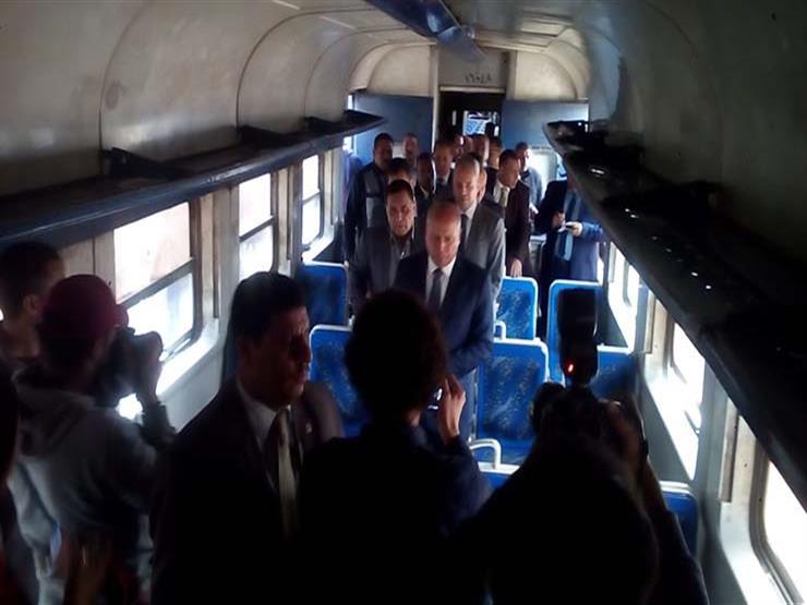 رجل المهام الصعبة اللواء كامل الوزير في قطار الدرجة الثالثة بأول يوم عم 2019_312