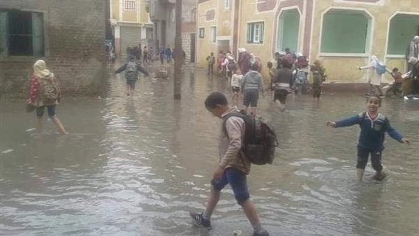 """تلاميذ الإسكنرية يخوضون مياه الأمطار سيرًا غلى الأقدام و يبحرون لمدارسهم و إمتحاناتهم بوسائل نقل مبتكرة """" فيديو"""" 24614"""