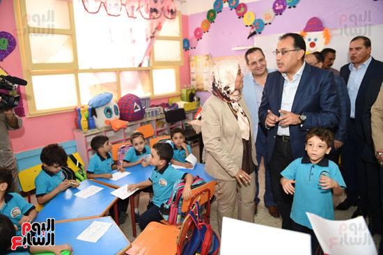 رئيس الوزراء يفاجئ المدارس بزيارة و يحاور تلاميذ الصف الأول الإبتدائى 42435010