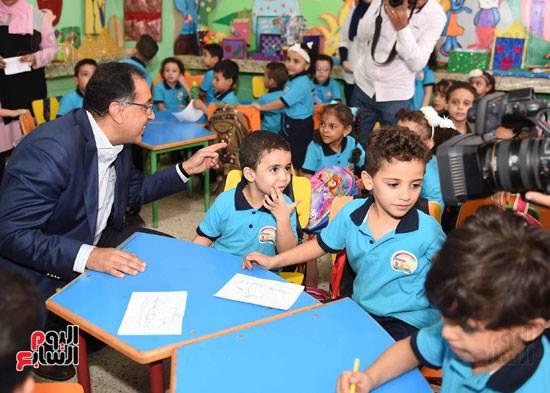 رئيس الوزراء يفاجئ المدارس بزيارة و يحاور تلاميذ الصف الأول الإبتدائى 42586710