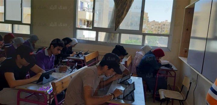 صور من داخل لجان امتحانات اللغة الثانية للأول الثانوى 49110