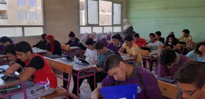 صور من داخل لجان امتحانات اللغة الثانية للأول الثانوى 49410