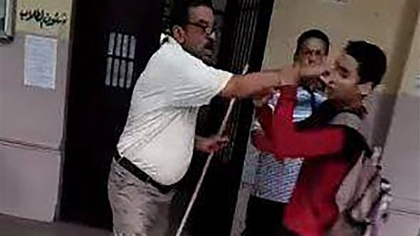 معلم يضرب  طالب بـ«العصا» بمدرسة السعيدية الثانوية في الجيزةا 55910