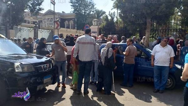 صور وفيديو – احتجاجات أولياء الأمور أمام الوزارة اليوم على إلغاء المستوى الرفيع 598_110