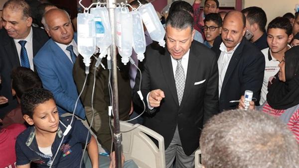 محافظ بنى سويف يطمئن بنفسه على الطلاب المصابين   بالتسمم اليوم و يتابع حالتهم 74510