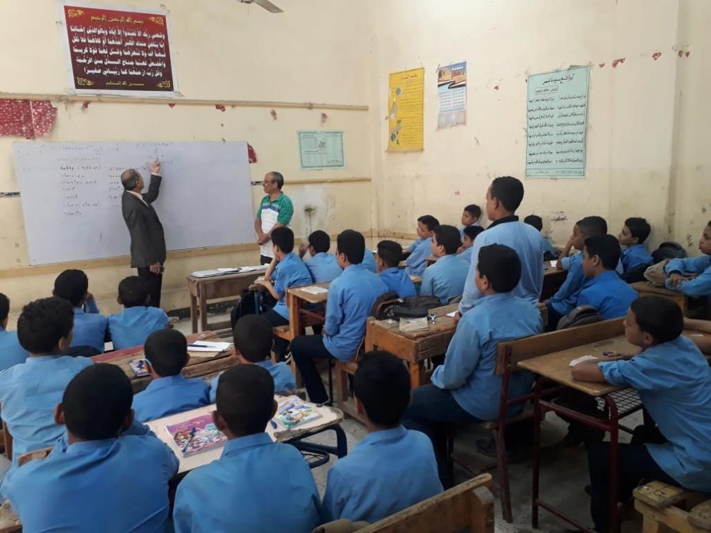 وكيل وزارة يحيل معلم لغة عربية إعدادى  شئون قانونية لتدنى مستوى طلابه علميًا عندما ناقشهم 94490-10