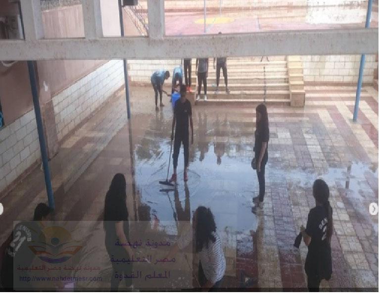 معلمون و معلمات فى مدارس لغات ينظفون المدرسة من الطين و مياه الأمطار Oo21