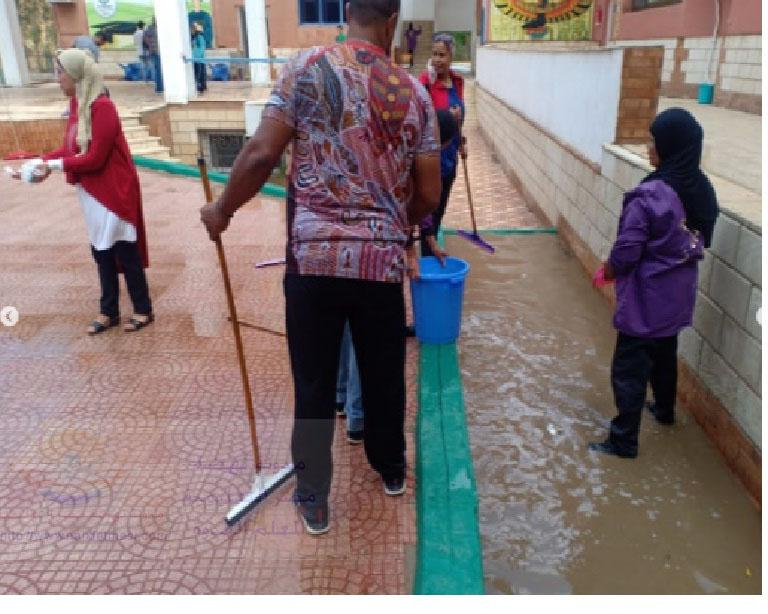 معلمون و معلمات فى مدارس لغات ينظفون المدرسة من الطين و مياه الأمطار Untitl24