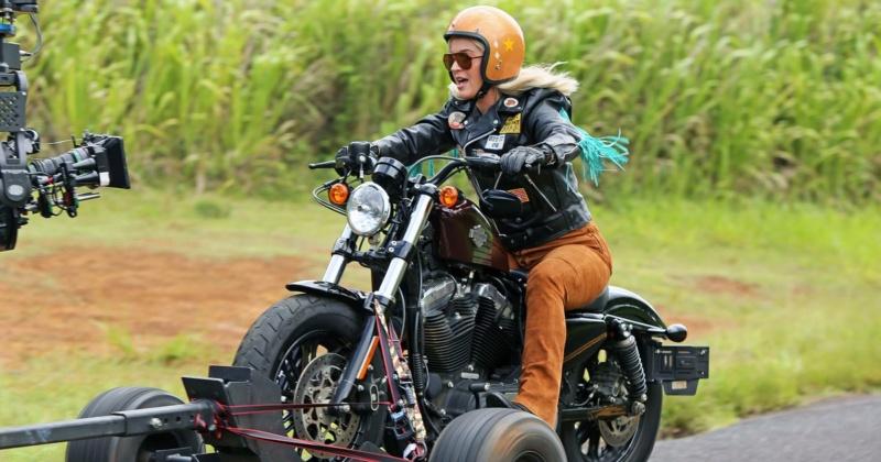 Ils ont posé avec une Harley, uniquement les People - Page 9 Aa299010