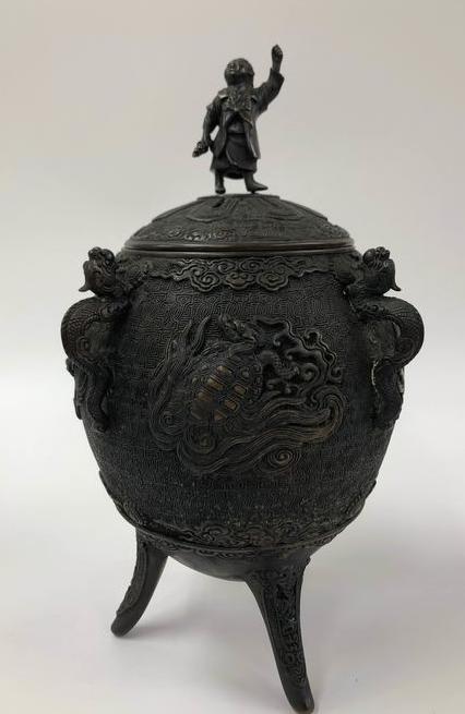 vase d'autel aux animaux mythiques Captu587