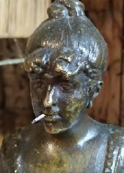 Bronze, fille de joie (?), fonte médiocre, sans cachet de fondeur Captu588