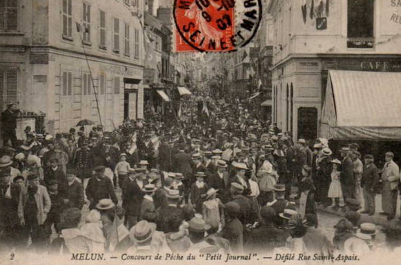 Une rue  de Juvisy,, un défilé, un personnage yeux bandés ....  - Page 2 Captu665