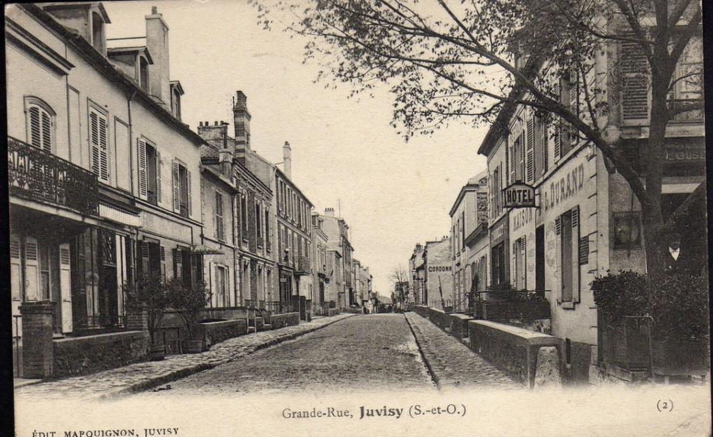 Une rue  de Juvisy,, un défilé, un personnage yeux bandés ....  - Page 3 Captu803