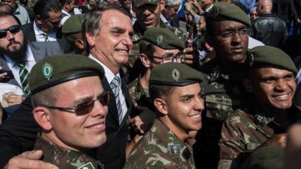 Jair Bolsonaro y militares