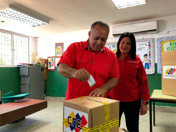 Diosdado Cabello y esposa