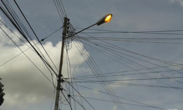 Poste de luz encendido de día