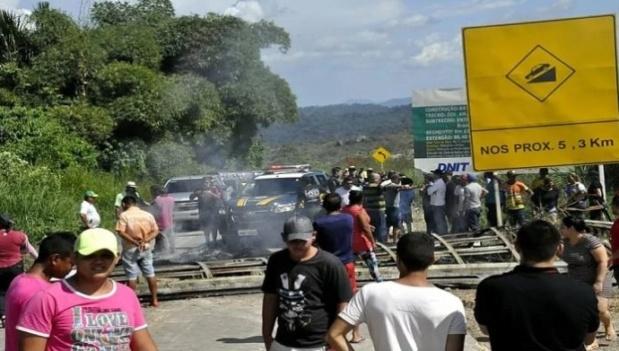 """Pobladores de Paracaima en Brasil corren y echan a los venezolanos: """"no los queremos"""" 2018-151"""
