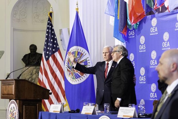 Luis Almagro junto a su jefe Mike Pence