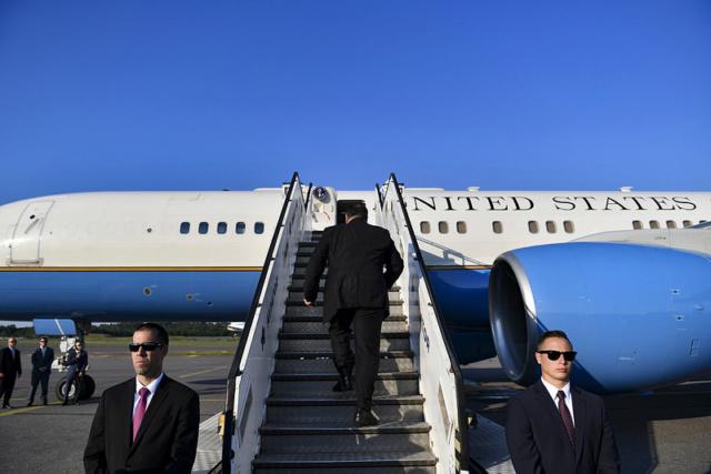 Mike Pompeo aborda avión de USA