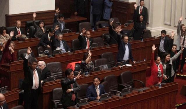 Congreso de Perú suspende al presidente Vizcarra