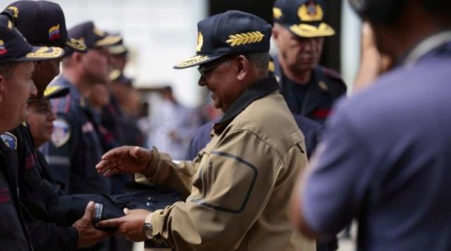 Más de 11 mil uniformes recibieron bomberos y bomberas del país
