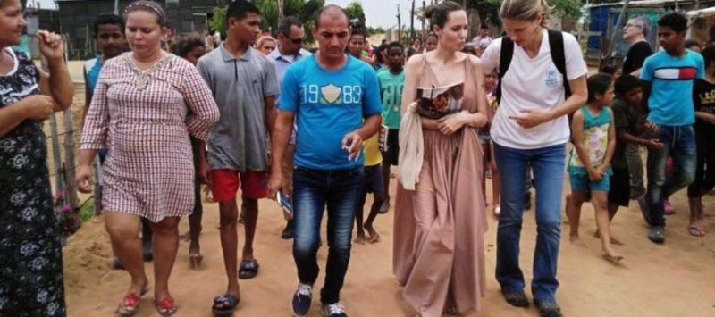 Impactantes imágenes de Angelina Jolie anoréxica mientras visitaba frontera colombo-venezolana D8jgtd10