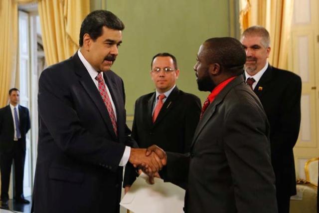 Nicolás Maduro y embajadores