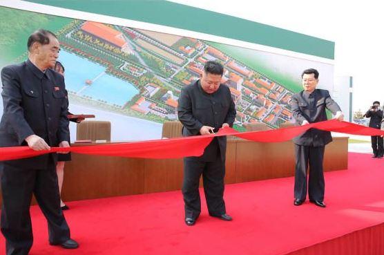"""Kim Jong-un aparece en un acto público tras noticias falsas difundidas por medios de EEUU sobre su """"muerte"""" Ew-fx812"""