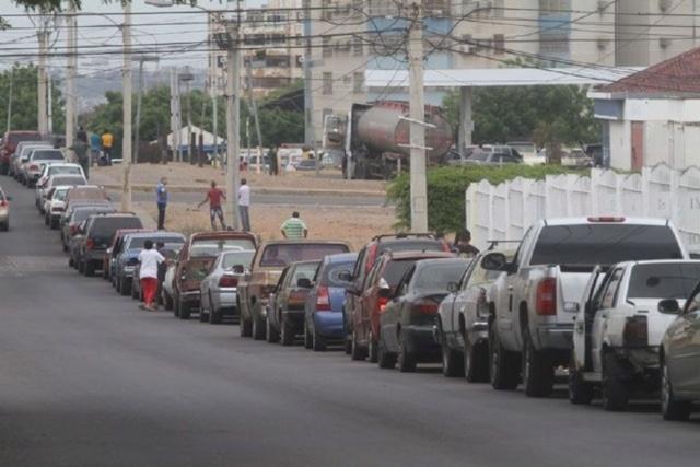 Largas colas de vehiculos esperan surtir gasolina