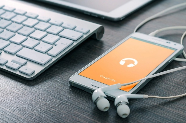 Adolescente muere  en Malasia electrocutado al usar sus audífonos mientras cargaba el celular Ipad-610