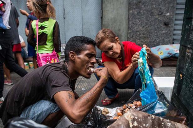 Venezolanos comen de la basura