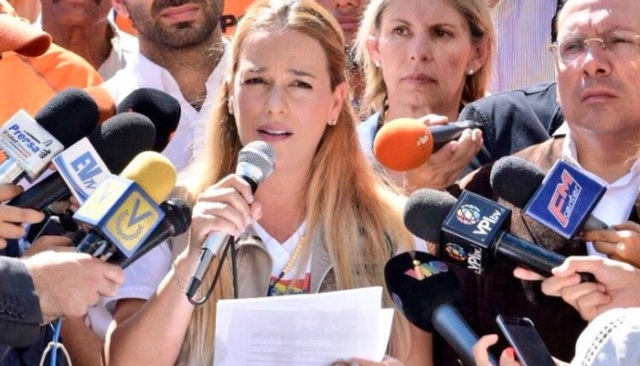 Ya no le creen sus shows: @LilianTintori fue al Ministerio Público a armar teatro y el pueblo la rechazó Lilian11