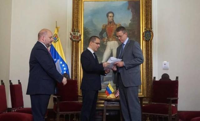 Gobierno venezolano entregó nota de protesta a encargado de negocios de EEUU