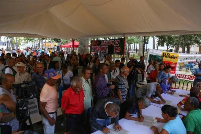 Venezolanos firman contra el bloqueo de EEUU