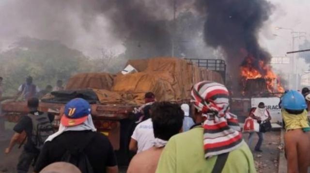 Opositores queman camión