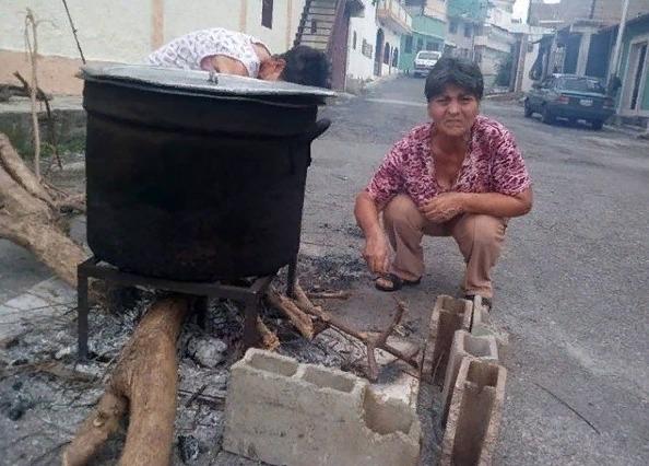 Era de las cavernas: Así cocinan habitantes de Trujillo por falta de gas doméstico, a leña y en calles Screen54