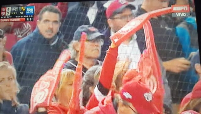 Stalin González disfrutando un juego de Grandes Ligas en la zona VIP del estadio de Washington