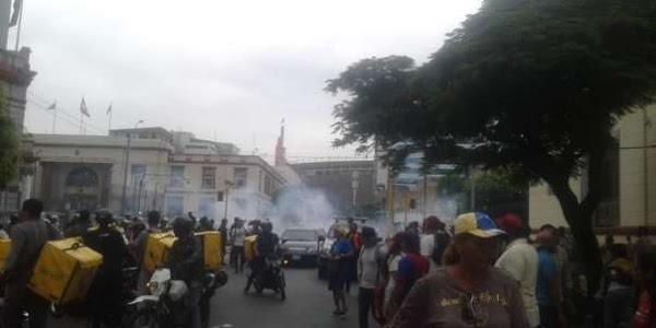 Venezolanos en Lima atacan embajada de Venezuela
