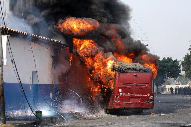 Violentos opositores venezolanos quemaron unidad de transporte público en Táchira