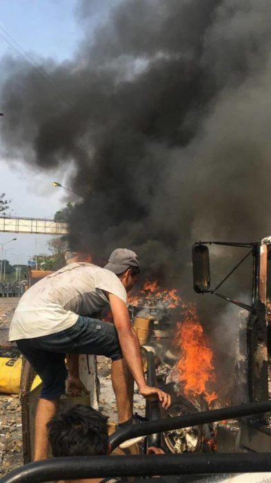 Opositor José Manuel Olivares fue golpeado por guarimberos en la frontera que le exigían pago por quemar camiones Whatsa22