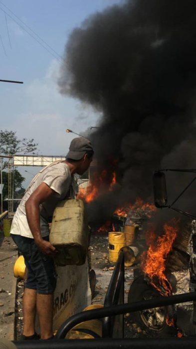 Opositor José Manuel Olivares fue golpeado por guarimberos en la frontera que le exigían pago por quemar camiones Whatsa23