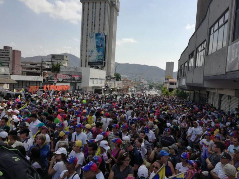 (Fotos) Guaidó se quedó sin seguidores en Valencia donde no pudo llenar ni una cuadra Whatsa25