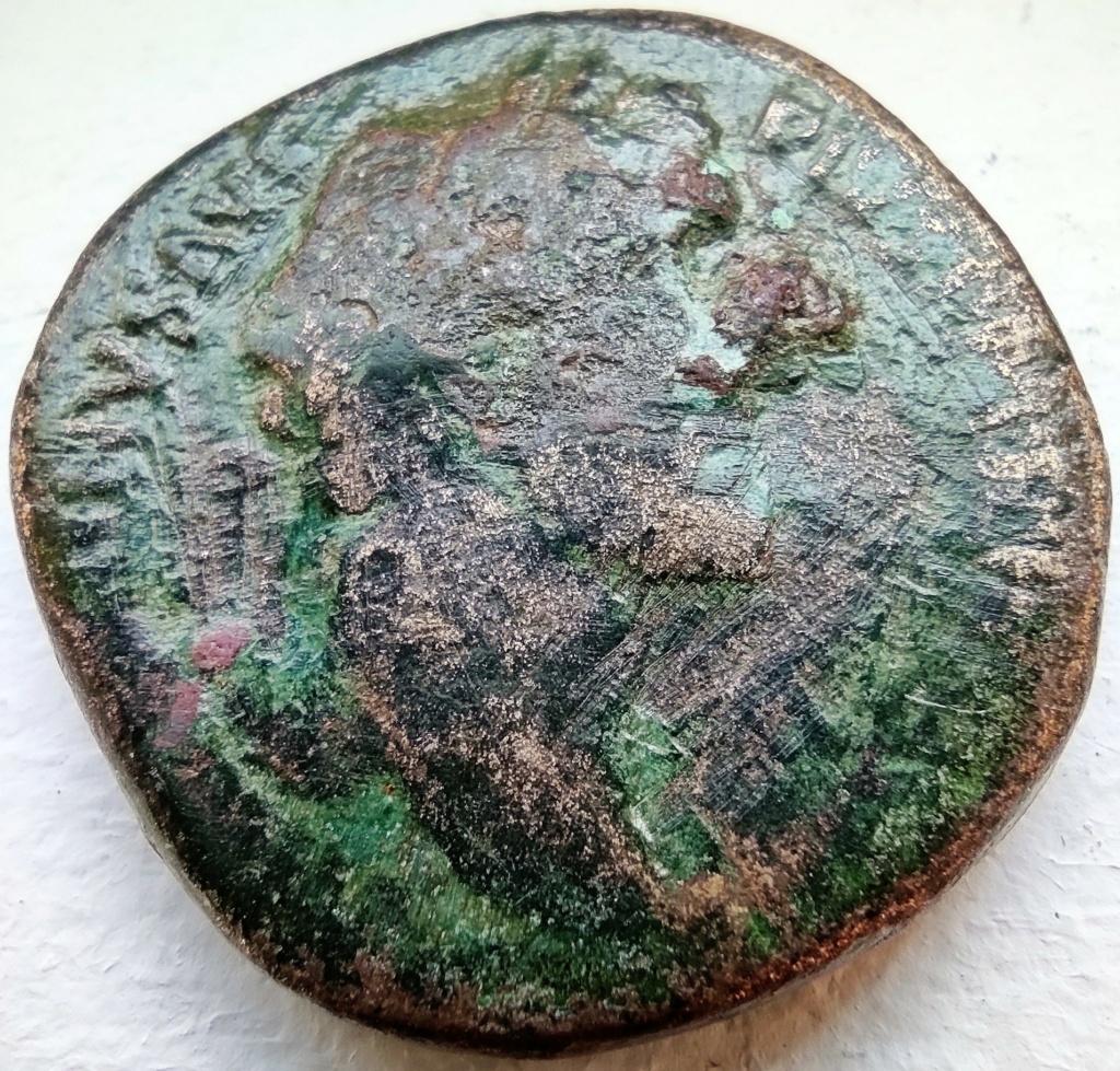 Sesterce d'Antonin le Pieux, Rome assise à gauche tenant la Victoire : référence ? 16185910
