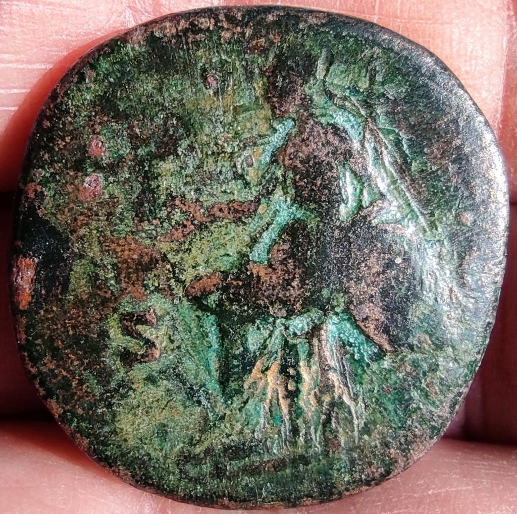 Sesterce d'Antonin le Pieux, Rome assise à gauche tenant la Victoire : référence ? 16185911