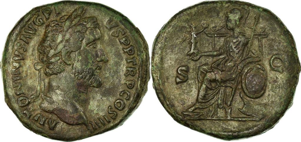 Sesterce d'Antonin le Pieux, Rome assise à gauche tenant la Victoire : référence ? Combin10